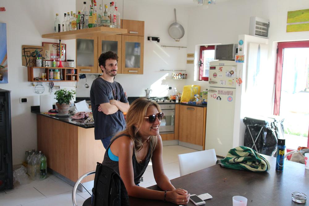 SUDESTUDIOのキッチンでくつろぐジョルジオとマティルデ