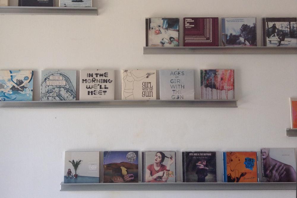 SUDESTDIOでレコーディングされたジョルジオやマティルデの作品が飾られている