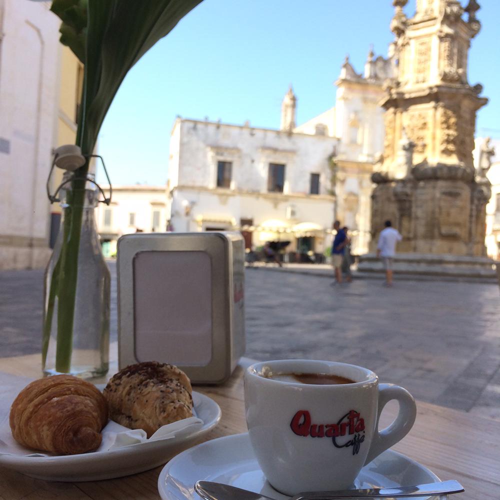 ナルドの街とジョルジオのお気に入りのカフェ・パリージでカプチーノとコルネット